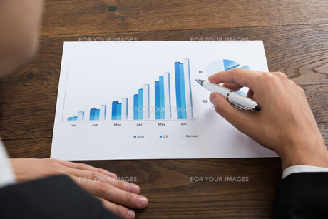 Businessperson Analyzing Financial Resultの写真素材 [FYI00781338]