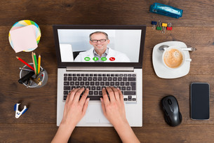 Person Videochatting With Doctor On Laptopの写真素材 [FYI00781359]