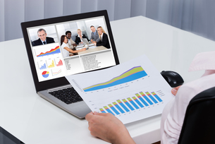 Businessperson Videoconferencing On Laptopの写真素材 [FYI00781383]