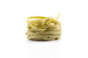 dry green nest pastaの写真素材 [FYI00781400]