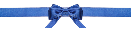 blue ribbon and symmetric bow with horizontal endsの写真素材 [FYI00781728]