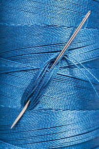sewing needle in blue thread spoolの素材 [FYI00781730]