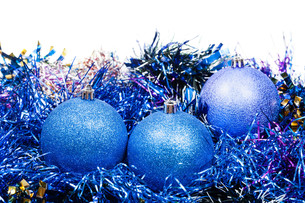 three blue Christmas balls and tinsel isolatedの写真素材 [FYI00781748]