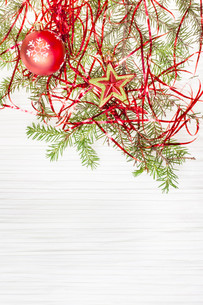 star and red Xmas ball and twig on blank paperの写真素材 [FYI00781780]