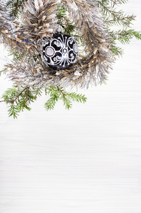 black glass Xmas bauble and twig on blank paperの写真素材 [FYI00781781]