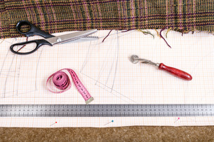 cutting table with cloth, pattern, tailoring toolsの写真素材 [FYI00781793]