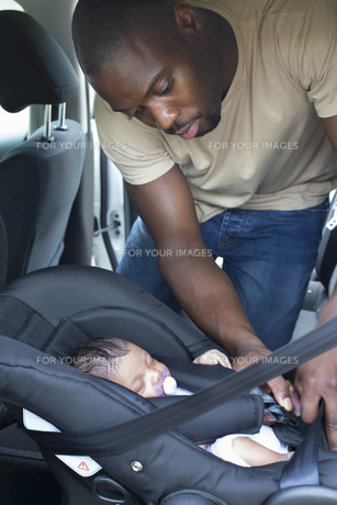 Daddy and Daughter in the Carの写真素材 [FYI00781988]