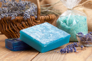 homemade soap with lavender flowers and sea salt on wooden backgroundの写真素材 [FYI00782175]