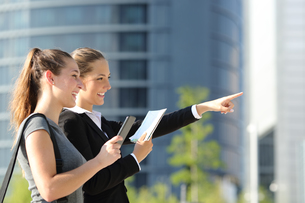 Businesswomen searching location with mobile gps and mapの写真素材 [FYI00782465]
