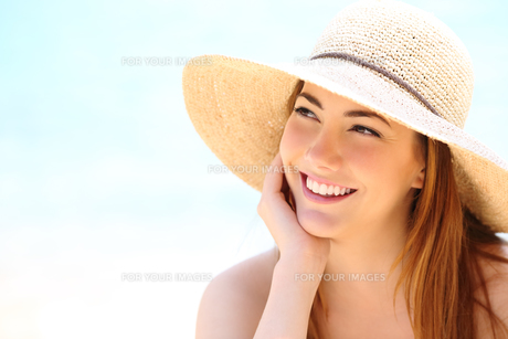 Beauty woman with white teeth smile looking sidewaysの写真素材 [FYI00782623]
