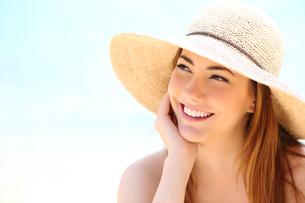 Beauty woman with white teeth smile looking sidewaysの写真素材 [FYI00782623]
