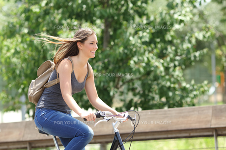 Cyclist woman riding bicycle in a parkの素材 [FYI00782626]