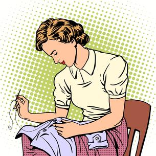 woman sews shirt thread housewife housework comfortの写真素材 [FYI00782654]