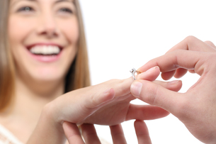 Man putting a engagement ring after proposalの写真素材 [FYI00782659]
