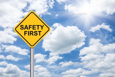 safety first sign on blue skyの素材 [FYI00782680]