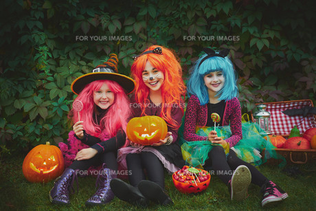 Girls with pumpkins and sweetsの写真素材 [FYI00782763]