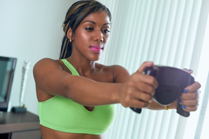 Black Athlete Woman Measures Body Fat With Electronic Equipmentの写真素材 [FYI00782816]