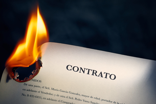 Closeup Of Contract In Spanish Burning On Fireの写真素材 [FYI00782831]