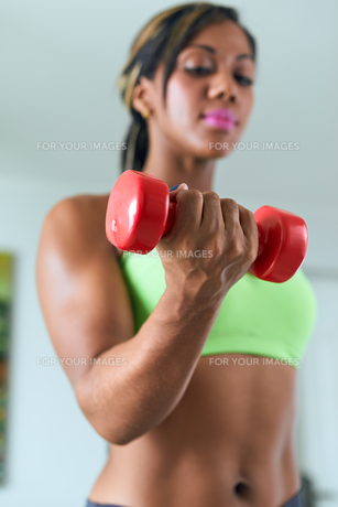 Home Fitness Black Woman Training Biceps With Weightsの写真素材 [FYI00782862]
