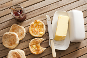 English Muffins, Butter and Jam on Wooden Tableの写真素材 [FYI00782870]
