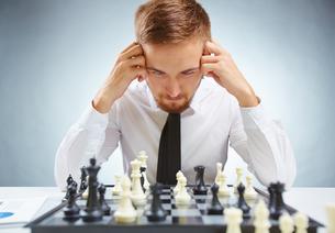 Businessman over chessboardの素材 [FYI00782964]