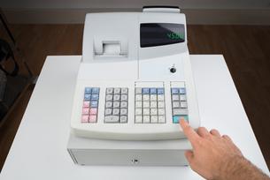 Person Hands On Cash Registerの写真素材 [FYI00783107]
