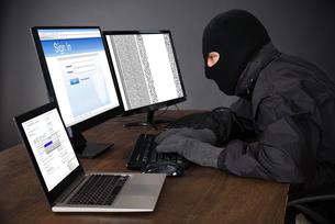 Hacker Hacking Computersの写真素材 [FYI00783109]
