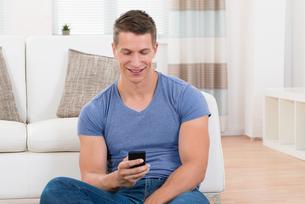 Man Using Mobile Phoneの写真素材 [FYI00783119]
