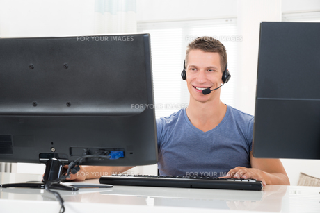 Man Talking With Headset On Computerの写真素材 [FYI00783120]