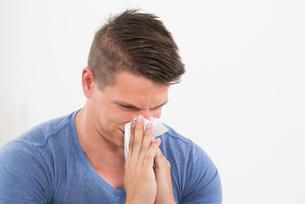 Man Sneezing In Tissue Paperの写真素材 [FYI00783124]
