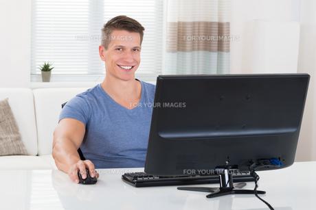 Man Using Desktop Computerの写真素材 [FYI00783132]