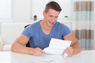 Man Reading Documentの写真素材 [FYI00783145]