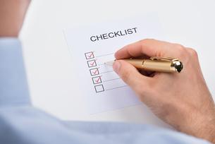 Person Filling Checklist Formの写真素材 [FYI00783147]