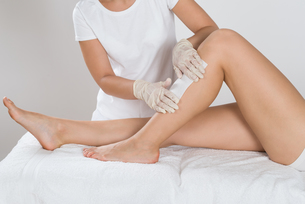Beautician Waxing Leg Of Womanの写真素材 [FYI00783154]