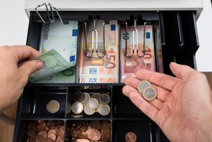 Person Hands With Money Over Cash Registerの写真素材 [FYI00783159]