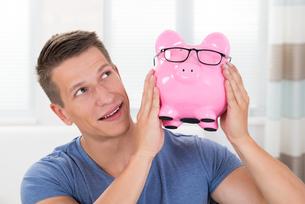 Happy Man Holding Piggybankの写真素材 [FYI00783160]