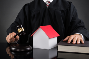 Judge Holding Gavel With House Modelの写真素材 [FYI00783164]