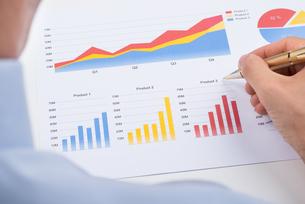 Businessperson Analyzing Graphsの写真素材 [FYI00783165]