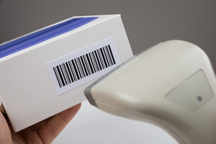 Person Hand Using A Barcode Scannerの写真素材 [FYI00783168]