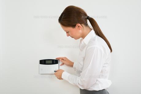 Businesswoman Operating Door Security Systemの写真素材 [FYI00783180]