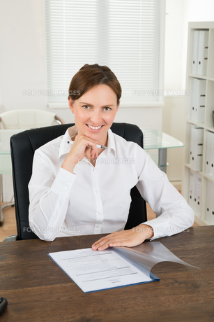 Businesswoman Writing On Documentの写真素材 [FYI00783186]