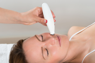 Woman Receiving Microdermabrasion Therapyの写真素材 [FYI00783188]