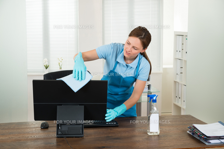 Woman In Workwear Rubbing Computerの写真素材 [FYI00783217]