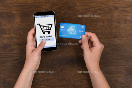 Person Shopping Online With Credit Card On Mobile Phoneの写真素材 [FYI00783223]