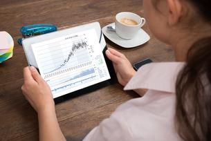 Businesswoman Analyzing Graph On Digital Tabletの写真素材 [FYI00783235]