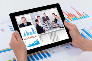 Person Video Conferencing On Digital Tabletの写真素材 [FYI00783283]