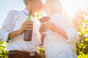 elderly couple enjoying red wine outdoorsの写真素材 [FYI00783323]