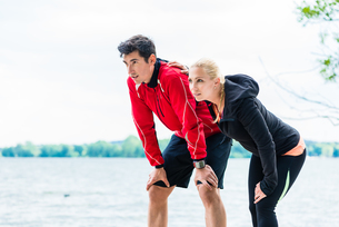 woman and man jogging on forest path outdoorsの写真素材 [FYI00783334]