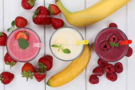 smoothie juice with fruit juice such as strawberries,raspberries,banana from aboveの写真素材 [FYI00783335]