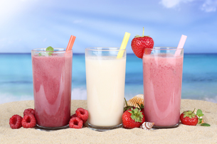 smoothie juice with fruit juice on the beachの写真素材 [FYI00783337]